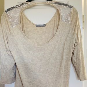 quarter sleeve top,keyhole opening,lace details